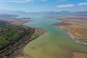 Türkiye'nin en büyük kentlerinden İzmir'de şebeke suyunun sağlandığı barajların su seviyelerinde geçen yıla oranla yaşanan düşüş dikkat çekiyor. Kentte en önemli su sağlayıcılardan Tahtalı'da rakam yüzde 67'den yüzde 40'a düştü.  ( Halil Fidan - Anadolu Ajansı )