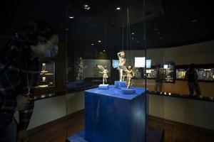 """Antik Çağ'da ölümden sonra insan ruhuna eşlik ettiği düşünülen 2 bin 300 yıllık tanrı ve peri heykelcikleri, İzmir Arkeoloji Müzesinde ilk kez sergilenmeye başlandı. """"Göremediklerinizi Göreceksiniz"""" adlı projeyle her ay özel bir eseri ziyaretçilerine tanıtan İzmir Arkeoloji Müzesinin yeni konukları Helenistik Dönem'den kalma """"ruh eşlikçileri"""" oldu. Mezarlara 2 bin 300 yıl önce ölü hediyesi olarak bırakılan heykelcikleri, İzmir'in Aliağa ilçesindeki 1982 yılında Myrina kazısında, Seferihisar ilçesindeki 2015 yılında Teos kazısında bulunduktan sonra restore edilip depolarda koruma altına alındı. ( Lokman İlhan - Anadolu Ajansı )"""