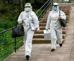 """Yeni tip koronavirüs (Kovid-19) salgını sürecinde """"çok yüksek riskli iller"""" arasında yer alan İzmir'deki filyasyon ekipleri, virüsün yayılmasına karşı büyük mücadele veriyor. Filyasyon ekipleri, Türkiye'de ilk Kovid-19 vakasının tespit edildiği Mart 2020'den bu yana dedektif titizliğiyle çalışıyor. İzmir'de geçen yıl mart ayında 340 olan filyasyonda görevli sağlık çalışanı sayısı son 4 ayda 1600'e çıkarıldı. Koruyucu elbiselerinin içinde saatlerce görev yapan ekipler, Kovid-19 teşhisi konulan hastalar ve temaslılardan numune alıp tedavileri hakkında bilgi veriyor. ( Ömer Evren Atalay - Anadolu Ajansı )"""