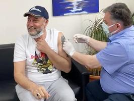 Bergamalı ünlü klarnet virtüözü Hüsnü Şenlendirici (solda), yeni tip koronavirüse (Kovid-19) karşı geliştirilen BioNTech aşısı yaptırdı. Şenlendirici'ye aşıyı, tıp doktoru olan Kınık Belediye Başkanı Sadık Doğruer (sağda), ilçedeki devlet hastanesinde uyguladı. ( Kınık Belediyesi - Anadolu Ajansı )