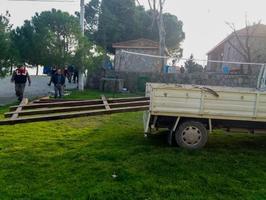 Manisa'nın Yunusemre ilçesinde, köprünün demir korkuluklarını keserek çaldıkları iddia edilen 5 şüpheli yakalandı. ( Cemil Seval - Anadolu Ajansı )