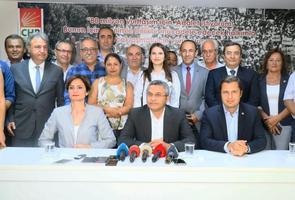 CHP Genel Başkan Yardımcısı Oğuz Kaan Salıcı (ön sıra ortada) ve CHP İstanbul İl Başkanı Canan Kaftancıoğlu (ön sıra solda), partisinin İzmir İl Başkanı Deniz Yücel'i (ön sıra sağda) ziyaret etti. ( Yusuf Şahbaz - Anadolu Ajansı )