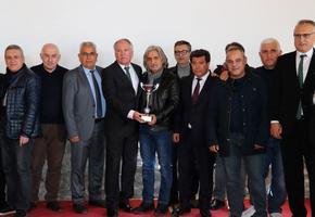 İzmir Gümrük Master Derneğince 67. Dünya Gümrük Günü kapsamında 14'üncüsü düzenlenen futbol turnuvasında dereceye giren takımlar ödüllerini aldı.  ( Şafak Yel - Anadolu Ajansı )