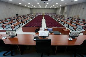 İzmir'de Fetullahçı Terör Örgütünün (FETÖ) darbe girişimine ilişkin 267 sanığın yargılamasının yapılacağı 654 kişi kapasiteli duruşma salonu yenilenerek hazır hale getirildi. FETÖ'nün 15 Temmuz darbe teşebbüsüne ilişkin İzmir'de yürütülen soruşturma kapsamında, 267 sanığın yargılanacağı duruşma salonu, 270 sanık, 202 avukat, 162 izleyici ve 20 basın mensubu olmak üzere 654 kişi kapasiteli düzenlendi. ( Evren Atalay - Anadolu Ajansı )