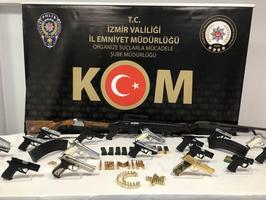 """İzmir ve Aydın'da, Emniyet Genel Müdürlüğü KOM Daire Başkanlığı koordinesinde organize suç örgütlerine yönelik başlatılan """"Sahil Rüzgarı Operasyonu"""" kapsamında 33 şüpheli gözaltına alındı. İzmir'deki operasyonda zanlıların adreslerinde yapılan aramalarda 18 ruhsatsız tabanca, 3 pompalı tüfek, 51 fişek ile 328 mermi ele geçirildi. ( Şafak Yel - Anadolu Ajansı )"""