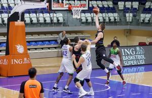 Lokman Hekim Fethiye Belediyespor, ING Basketbol Süper Ligi'nin 9. haftasında Aliağa Petkimspor ile karşılaştı. Bir pozisyonda Aliağa Petkimsporlu oyuncu Hummer (34), Lokman Hekim Fethiye Belediyesporlu oyuncularla mücadele etti. ( Ali Rıza Akkır - Anadolu Ajansı )
