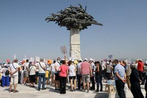 """İzmir'de 30 Ekim 2020'de meydana gelen 6,6 büyüklüğündeki depremde evleri yıkılan ve hasar gören bazı depremzedeler, """"emsal artışı"""" talebiyle eylem yaptı. İzmir Depremzedeleri Dayanışma Derneği (İZDEDA) üyeleri, Gündoğdu Meydanı'nda bir araya geldi. Burada ellerindeki pankartlarla sloganlar atan üyeler, depremzedelerin yaralarının sarılamadığını öne sürerek, emsal artışı ve sıfır faizli kredi talebinde bulundu. ( Mustafa Güngör - Anadolu Ajansı )"""