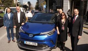 Toyota tarafından düzenlenen Hibrit Buluşmaları İzmir'de gerçekleştirildi. Toyota Türkiye Pazarlama Grup Müdürü Barış Erdim (sağda) ve markanın İzmir bayilerinden temsilcilerin katıldığı etkinlikte hibrit CH-R modeli de tanıtıldı ( Tolga Albay - Anadolu Ajansı )