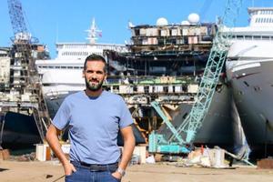 Kuru yük gemilerinden tankerlere, savaş gemilerinden yüzen otellere kadar çok farklı kullanım amaçlarına hizmet eden yüzlerce dev gemi, ömürlerini tamamladıktan sonra Aliağa'daki gemi geri dönüşüm bölgesinde ekonomiye kazandırılıyor. Dünya Gemi Geri Dönüşüm Sanayicileri Birliği ve Şimşekler Gemi Söküm Tersanesi Yönetim Kurulu Üyesi Orbay Şimşek (fotoğrafta) gemi söküm ve geri dönüşümüne ilişkin bilgiler verdi. ( Mehmet Emin Mengüarslan - Anadolu Ajansı )