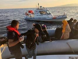 İzmir'in Aliağa, Çeşme ve Menderes ilçelerinde yasa dışı yollarla yurt dışına çıkmaya çalışan 160 düzensiz göçmen yakalandı. ( Sahil Güvenlik - Anadolu Ajansı )