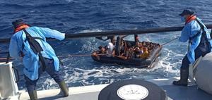 İzmir'in Dikili, Seferihisar, Foça ve Çeşme ilçeleri açıklarında farklı zamanlarda Yunanistan unsurlarınca Türk kara sularına geri itilen ve tekne içerisinde mahsur kalan 388 sığınmacı kurtarıldı, 2 kişi organizatör olduğu iddiasıyla yakalandı. ( Sahil Güvenlik Komutanlığı - Anadolu Ajansı )