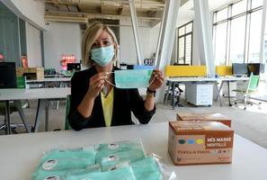 İzmirli bir firma tarafından geliştirilen mentollü maske, ihracat için gün sayıyor. Firmanın ortaklarından Mehtap Çakıroğlu, temmuz ayında geliştirdiklerini mentollü maskenin iç piyasadan talep görmeye başladığını söyledi.  ( Mahmut Serdar Alakuş - Anadolu Ajansı )