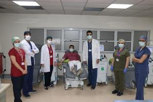 """Ege Üniversitesi (EÜ) Hastanesinde yeni tip koronavirüse (Kovid-19) karşı """"immün plazma"""" yöntemiyle tedaviye başlandı. ( Tezcan Ekizler - Anadolu Ajansı )"""