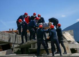 Adalet Bakanlığı Ceza ve Tevkifevleri Genel Müdürlüğü tarafından oluşturulan Ceza İnfaz Kurumları Arama ve Kurtarma Timi (CEKUT), afetler için zorlu eğitimlerden geçti. Doğal afetlerde ortaya çıkabilecek mal ve can kayıplarını en aza indirilmesi için ilk kez uygulanan ve Silivri, Maltepe ile Aliağa Ceza İnfaz Kurumlarındaki 63 gönüllünün katılımıyla kurulan CEKUT ekipleri, İzmir'de 45 günlük teorik ve uygulamalı eğitimlere katıldı. CEKUT ekipleri, İzmir Arama Kurtarma Birlik Müdürlüğünde özel olarak hazırlanan eğitim alanında tatbikat yaptı. ( Halil Fidan - Anadolu Ajansı )