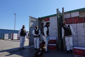 """İzmir'in Aliağa Limanı'nda içeriği şüpheli bulunan konteynerlerde Ticaret Bakanlığı Gümrük Muhafaza Genel Müdürlüğü ekiplerince yapılan aramada 37 milyon 190 bin adet filtreli sigara kağıdı ele geçirildi. Birleşik Arap Emirlikleri'nden gönderildiği ve """"krepe edilmiş kağıt cinsi eşya"""" içerdiği beyan edilen 4 konteynerde İzmir Gümrük Muhafaza Kaçakçılık ve İstihbarat Müdürlüğü ekiplerince tütün dedektör köpeği """"Gizmo""""nun da yardımıyla yapılan aramada toplam 37 milyon 190 bin adet filtreli sigara kağıdı tespit edildi. """"Makaron"""" olarak da tabir edilen sigara kağıtlarının piyasa değerinin ise yaklaşık 6 milyon 750 bin lira olduğu belirtildi. ( Efsun Erbalaban Yılmaz - Anadolu Ajansı )"""