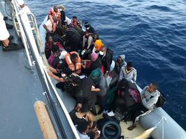 İzmir'in Dikili ilçesinde Yunanistan unsurlarınca Türk kara sularına geri itilen 34 düzensiz göçmen karaya çıkarıldı. ( Sahil Güvenlik Komutanlığı - Anadolu Ajansı )