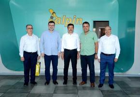 AK Parti Genel Başkan Yardımcısı Hamza Dağ (ortada),  Menderes ve Torbalı bölgesinde bulunan Müstakil Sanayici ve İşadamları Derneği (MÜSİAD) üye iş yerlerini ziyaret etti.  ( Müstakil Sanayici ve İşadamları Derneği İzmir Şubesi - Anadolu Ajansı )