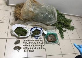 İzmir'in 4 ilçesinde düzenlenen farklı operasyonlarda 84 gram eroin, 12 gram bonzai, 6 kilo 700 gram esrar, 12 gram kokain ele geçirildi, gözaltına alınan 11 zanlının 9'u tutuklandı. İl Emniyet Müdürlüğü Narkotik Suçlarla Mücadele Şube Müdürlüğü ekipleri, kentte uyuşturucu ticaretinin önlenmesine yönelik çalışmalar kapsamında Konak, Bornova, Bayraklı ve Aliağa ilçelerinde operasyonlar düzenledi.  ( İzmir Emniyet Müdürlüğü - Anadolu Ajansı )