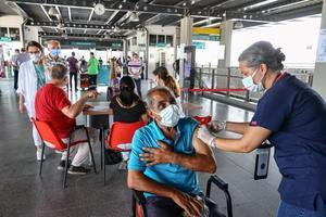 İzmir'de İZBAN'ın Halkapınar İstasyonu'nda yeni tip koronavirüs (Kovid-19) salgınıyla mücadele kapsamında aşılama noktası kuruldu. İstasyon içerisinde oluşturulan stantta aşı kayıt işleminin ardından vatandaşların ve istasyon çalışanlarının aşıları yapıldı. ( Mehmet Emin Mengüarslan - Anadolu Ajansı )