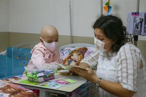 Ege Üniversitesi (EÜ) Çocuk Hastanesinde kanser tedavisi gören çocuklar, gönüllü ziyaretçileri ve hemşirelerle yaptıkları dans, resim ve çeşitli etkinliklerle moral buluyor. Küçük hastaların aylarca tedavi aldığı hematoloji kliniğinde yatan lösemi hastası 7 yaşındaki Ela Bingöl (solda), odasında gönüllü bir misafiri ağırlıyor, Dokuz Eylül Üniversitesi Hemşirelik Fakültesi Öğretim Üyesi Gülçin Özalp Gerçeker (sağda), Ela ile birlikte resim yapıyor, ona kitaplar okuyor.  ( Emin Mengüarslan - Anadolu Ajansı )