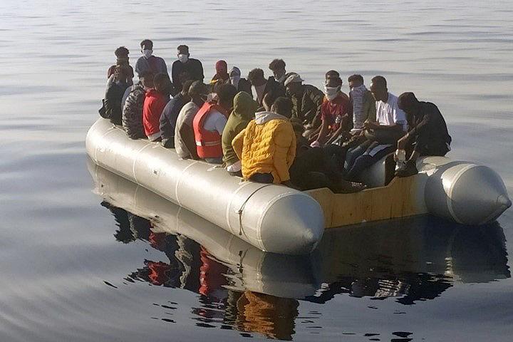 İzmir'in Dikili ve Seferihisar ilçesi açıklarında Yunanistan unsurlarınca Türk kara sularına itilen 61 sığınmacı kıyıya çıkarıldı. ( Sahil Güvenlik Komutanlığı - Anadolu Ajansı )