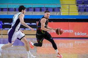 ING Basketbol Süper Ligi'nin 17. haftasında HDI Sigorta Afyon Belediyespor,  Aliağa Petkimspor ile karşılaştı. HDI Sigorta Afyon Belediyespor takımı oyuncusu Harun Apaydın (11), bir pozisyonda Aliağa Petkimspor takımı oyuncusu Vasiliauskas (12) ile mücadele etti. ( Arif Yavuz - Anadolu Ajansı )