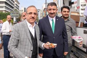 AK Parti Konak İlçe Başkanlığı, Türkiye'nin güney sınırında oluşturulmaya çalışılan terör koridorunu yok etmek, bölgeye barış ve huzuru getirmek amacıyla başlatılan Barış Pınarı Harekatı için lokma döktü. AK Parti il Başkanı Kerem Ali Sürekli (Solda), açıklamada bulundu.  ( Bilal Güler - Anadolu Ajansı )