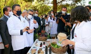 Tarım ve Orman Bakanı Bekir Pakdemirli (solda), İzmir'de Ege Tarımsal Araştırma Enstitüsü Kampüsü'ndeki Bölgesel Tahıl Pas Hastalıkları Merkezi ve Ulusal Tohum Gen Bankası'nı ziyaret etti, Arıcılık Ar-Ge ve İnovasyon Merkezinin açılışını yaptı. Bakan Pakdemirli açılışın ardından Ulusal Tohum Gen Bankası'nda incelemede bulundu, yetkililerden bilgi aldı.  ( Mehmet Emin Mengüarslan - Anadolu Ajansı )