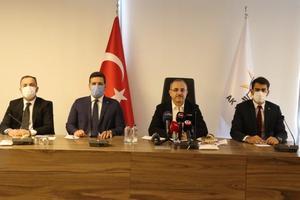 AK Parti İzmir İl Başkanı Kerem Ali Sürekli (sağ2), partisinin İzmir İl Başkanlığında düzenlediği basın toplantısında, Tunç Soyer'in görevdeki 18 ayını değerlendirdi.  ( Tezcan Ekizler - Anadolu Ajansı )