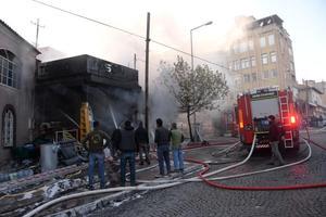 İzmir'in Bergama ilçesinde inşaat malzemeleri satan bir iş yerinde çıkan yangın korkuttu.   ( Sertan Ergit - Anadolu Ajansı )