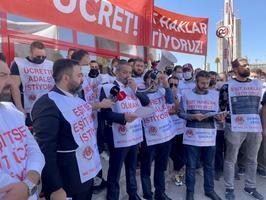 İzmir'de metro ve tramvayda görevli 627 çalışanı kapsayan Toplu İş Sözleşmesi (TİS) ve arabulucu görüşmelerinden sonuç alınamaması nedeniyle İzmir Metro A.Ş'nin kapısına grev kararı asıldı. ( Meriç Ürer - Anadolu Ajansı )