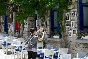 Ege Bölgesi'nde son dönemde turistik destinasyon haline gelen köyler, doğal yapıları, yemekleri, sıcak ortamlarıyla yerli ve yabancı ziyaretçilerden yoğun ilgi görüyor. İzmir'de yaklaşık 10 yıl öncesine kadar sadece temmuz ve ağustosta denize girmek isteyenlerin geldiği Alaçatı, bu köyler için örnek oluşturuyor.  ( Cem Öksüz - Anadolu Ajansı )