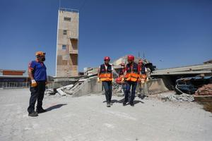 İzmir'in Seferihisar ilçesi açıklarında 30 Ekim 2020'de meydana gelen 6,6 büyüklüğündeki depremin ardından kentteki İçişleri Bakanlığı Afet ve Acil Durum Yönetimi Başkanlığının (AFAD) sistemine kayıtlı gönüllü sayısı 8 binden 26 bin 732'ye yükseldi. Eğitimlerin ilk bölümlerini çevrim içi alan gönüllüler bu adım sonrası 20-30'ar kişilik gruplar halinde İzmir Valiliği İl Afet ve Acil Durum Müdürlüğünün Bornova'daki eğitim alanında 2 haftalık hafif arama kurtarma eğitiminden geçiriliyor.  ( Lokman İlhan - Anadolu Ajansı )