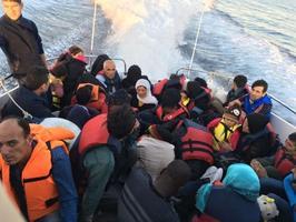 İzmir'in Dikili ilçesi açıklarında, yasa dışı yollardan Yunan adalarına geçmeye çalışan 38 göçmen yakalandı. Sahil Güvenlik mobil radarı, Dikili ilçesi Hayıtlı Koyu önlerinde hareketli lastik bot içerisinde bir grup göçmen tespit etti. Görevlendirilen Sahil Güvenlik botu tarafından durdurulan lastik botta, Suriye uyruklu 17'si çocuk 38 göçmen yakalandı. Göçmenler, işlemlerinin ardından İzmir İl Göç İdaresi Müdürlüğüne teslim edilecek. ( Sahil Güvenlik Komutanlığı - Anadolu Ajansı )
