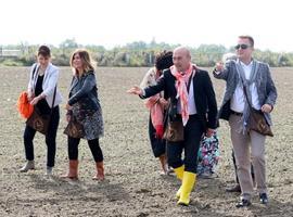 İzmir Büyükşehir Belediyesinin kırsal kalkınma çalışmaları kapsamında, bir çiftçiden alınarak çoğaltılıp tohumluk hale getirilen Anadolu'nun en eski buğdaylarından karakılçık buğdayı, Menemen'in verimli ovasında toprakla buluşturuldu. İzmir Büyükşehir Belediye Başkanı Tunç Soyer (sağ 2), tohumluk buğdayı ekim etkinliğine katılıp ekim yaptı.  ( Mustafa Güngör - Anadolu Ajansı )
