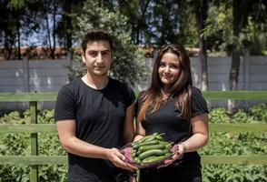"""İzmir, Bornova'daki Suphi Koyuncuoğlu Anadolu Lisesi bahçesinde, Çekya koordinatörlüğünde İsveç, Romanya ve Türkiye'den liselerin yürüttüğü """"Sağlıklı Gelecek Nesiller ve Sürdürebilirlik için Okullarda Organik Gıda Üretimi"""" projesi kapsamında yaklaşık 130 metrekarelik bahçe oluşturuldu. Öğrenciler okullarında oluşturdukları bahçede, organik domates, biber, salatalık, mısır ve soğan yetiştiriyor. ( Mahmut Serdar Alakuş - Anadolu Ajansı )"""