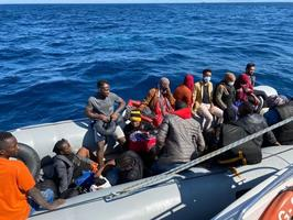 İzmir'in Dikili ilçesinde yasa dışı yollarla yurt dışına çıkma hazırlığında olan 19 düzensiz göçmen yakalandı. ( Sahil Güvenlik Komutanlığı - Anadolu Ajansı )