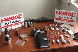 İzmir'in Dikili ilçesinde düzenlenen uyuşturucu operasyonunda gözaltına alınan zanlı tutuklandı. ( Aliağa Emniyet Müdürlüğü - Anadolu Ajansı )