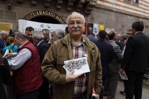 """PTT tarafından hazırlanan """"Tarihi Çarşılar"""" konulu anma pulu satışı İzmir'den başlatıldı.""""Tarihi Çarşılar"""" konulu anma pulu 1 lira 60 kuruşa, pula ait ilk gün zarfı ise 2 lira 50 kuruşa sunuldu. ( Tezcan Ekizler - Anadolu Ajansı )"""