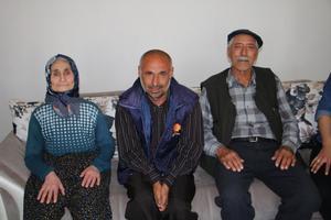 İzmir'in Kınık ilçesinde yaşayan ve 18 gündür kendisinden haber alınamayan 44 yaşındaki engelli Fatih Aslan (ortada), bulunarak ailesine teslim edildi.  ( Cevdet Sen - Anadolu Ajansı )