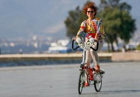 """İzmirli kadınlar tarafından 7 yıl önce başlatılan ve daha sonra yurt içi ve dışında 115 şehre yayılan """"Süslü Kadınlar Bisiklet Turu"""" bu sene, yeni tip koronavirüs (Kovid-19) salgını nedeniyle bireysel gerçekleştirilecek. """"Süslü Kadınlar Bisiklet Turu"""" etkinliğinin yöneticisi Sema Gür, AA muhabirine açıklamalarda bulundu. ( Ömer Evren Atalay - Anadolu Ajansı )"""