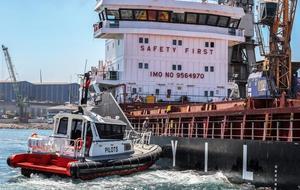 """Türkiye limanlarına yanaşan dev yolcu ve yük gemilerini karaya yanaştıran ve uğurlayan kılavuz kaptanlar, hata kabul etmeyen meslekleriyle dikkat çekiyor. Yol göstericiliğinden dolayı """"kılavuz"""" olarak adlandırılan kaptanlar, gemilerin limanla ilk ve son temaslarını yaptırıyor. Dünya ticaretinin yüzde 90'ına yakınının taşındığı denizlerde dev gemilerin kaptanları, limanlara yanaşırken bölgeye hakim kaptanlardan yardım alıyor. İzmir Aliağa'da faaliyet gösteren Türkiye'nin ilk özel kılavuzluk şirketi Uzmar'a bağlı çalışan kılavuz kaptanlar, görevlerini her tür iklim koşulunda yerine getirmeye gayret ediyor. ( Mahmut Serdar Alakuş - Anadolu Ajansı )"""