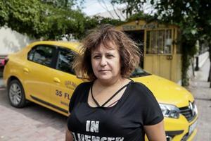 İzmir'in Bergama ilçesinde iki engelli çocuğunu büyüten Arife Durmaz, evine ek gelir sağlamak için başladığı taksi şoförlüğüyle dikkati çekiyor. Ev ekonomisine katkı amaçlı iş arayışına giren Arife Durmaz, bir aile dostunun önerisi üzerine direksiyon başına geçerek ilçenin ilk kadın taksi şoförü oldu. ( Mahmut Serdar Alakuş - Anadolu Ajansı )