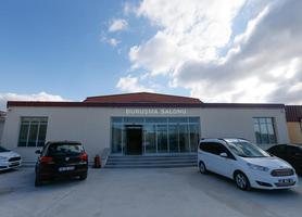 İzmir'de Fetullahçı Terör Örgütünün (FETÖ) darbe girişimine ilişkin 267 sanığın yargılamasının yapılacağı 654 kişi kapasiteli duruşma salonu yenilenerek hazır hale getirildi. Darbe girişimine ilişkin İzmir'de 30 Ocak Pazartesi günü başlayacak ilk davanın görüleceği 750 metrekarelik alana sahip salona tutuklu sanık, hakim ve savcı ile izleyici olmak üzere üç bölümden giriş sağlanacak.  ( Evren Atalay - Anadolu Ajansı )