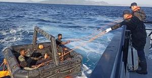 İzmir'in Foça ve Dikili ilçeleri açıklarında Yunanistan unsurlarınca Türk kara sularına geri itilen 63 düzensiz göçmen karaya çıkarıldı. ( Sahil Güvenlik Komutanlığı - Anadolu Ajansı )