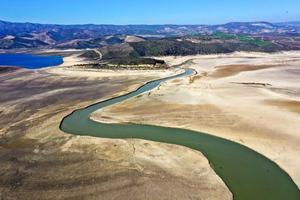 """Kış mevsiminde Ege'nin kıyı kesiminde şiddetli sağanaklar görülmesine rağmen bölge genelinde yağışların ortalamanın altında kalması nedeniyle Gediz Nehri Havzasındaki barajlarda beklenen doluluk oranlarına ulaşılamadı. Ege'de verimli tarım arazilerinin bulunduğu Gediz Nehri havzasındaki 7 barajda kullanılabilir su miktarını ifade eden """"aktif doluluk oranları"""" da yağış azlığından payını aldı. Fotoğrafta yüzde 1 doluluk oranına sahip Demirköprü Barajı, yer alıyor.  ( Ahmet Bayram - Anadolu Ajansı )"""