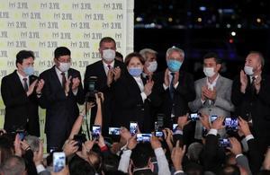 İYİ Parti'nin kuruluşunun 3. yıl dönümü dolayısıyla İzmir Gündoğdu Meydanı'nda program düzenlendi.  Kutlama programına  İYİ Parti Genel Başkanı Meral Akşener  (ortada) katıldı. ( Mahmut Serdar Alakuş - Anadolu Ajansı )