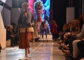 Ege İhracatçı Birlikleri (EİB) 12. Moda Tasarım Yarışmasının birincisi Emre Pakel oldu. Türk Hazır Giyim ve Konfeksiyon sektörüne genç ve yenilikçi tasarımcılar kazandırmak amacıyla düzenlenen moda tasarım yarışmasının final defilesi Yeşilova Höyüğünde yapıldı.   ( Yusuf Şahbaz - Anadolu Ajansı )