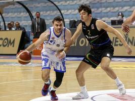 Büyükçekmece Basketbol, ING Basketbol Süper Ligi'nde Aliağa Petkim Spor ile karşılaştı. Büyükçekmece Basketbol oyuncusu Matthew Thomas Farrell (solda), bir pozisyonda Aliağa Petkim Spor basketbolcusu Boran Güler (2) ile mücadele etti. ( Esra Bilgin - Anadolu Ajansı )
