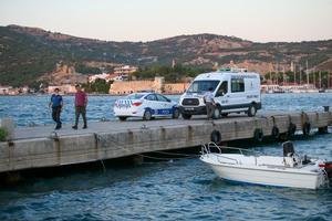 İzmir'in Foça ilçesinde bir teknenin batması sonucu ilk belirlemelere göre 2'si çocuk 4 kişi öldü, kaybolan bir çocuk için arama kurtarma çalışması başlatıldı. Cesetler incelemenin ardından Foça Devlet Hastanesi Morguna kaldırıldı.  ( Halil Fidan - Anadolu Ajansı )
